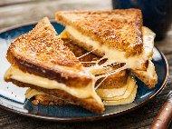 Приготвяне на рецепта Пържени филийки с плънка от кашкавал или моцарела за закуска(сандвичи)